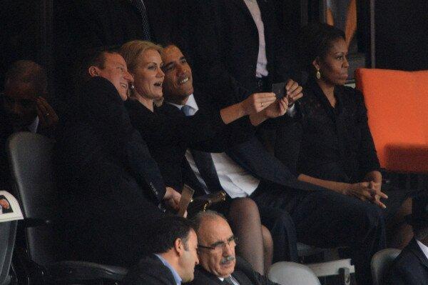 obama-selfie-funeral
